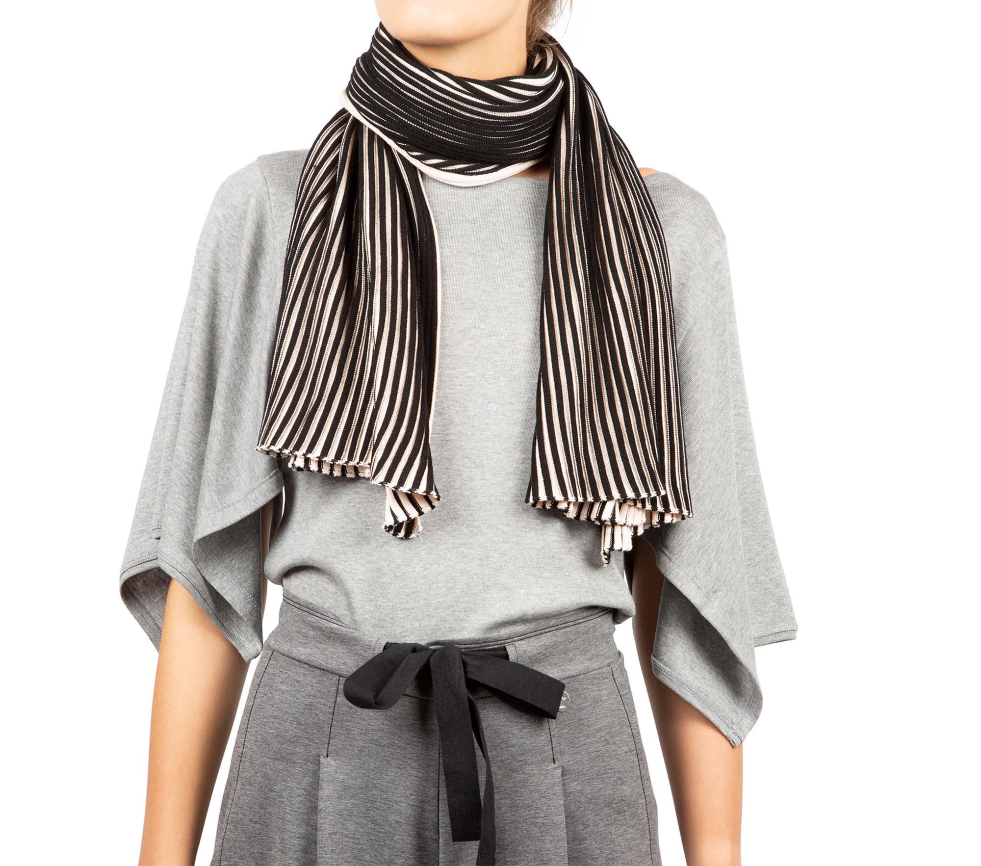 Ampia sciarpa in maglia a coste bicolore