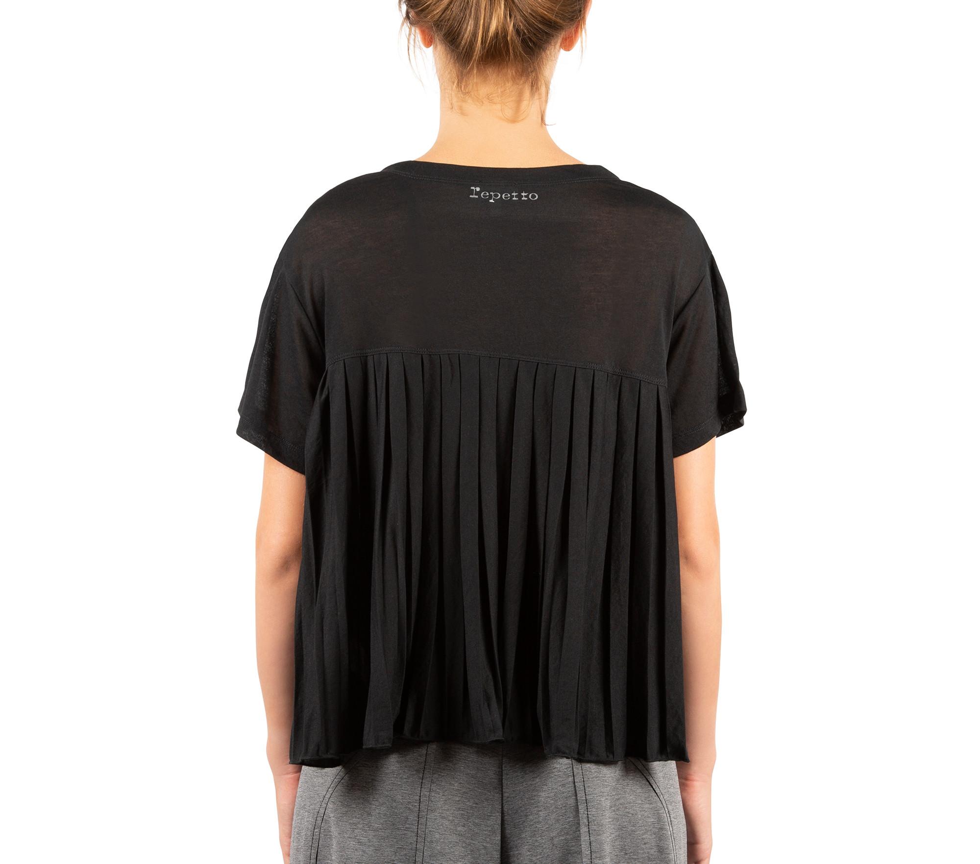 T-shirt con pieghe in movimento